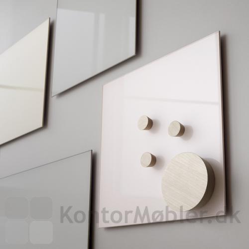 Mood Glastavle kan kombineres i flere farver. Her vist med startersæt med birk magneter