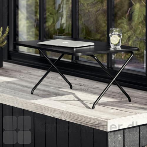Sid udenfor på terrassen og arbejde med mini desk
