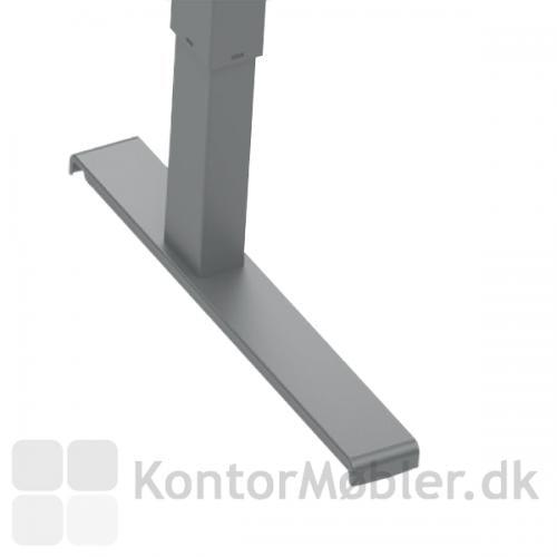 Basic hæve sænke bord med silver stel. Længden på foden måler 55 cm