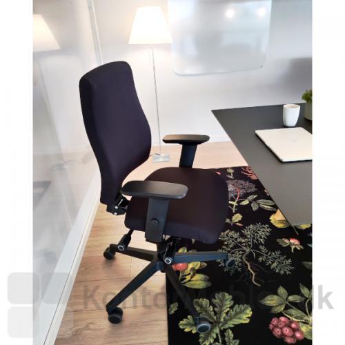 Thor Ergonomisk kontorstol fra Dencon med sort polstring samt armlæn.