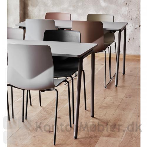 Four Sure kantinestole i flere farver, kombineret med Four Real kantinebordet