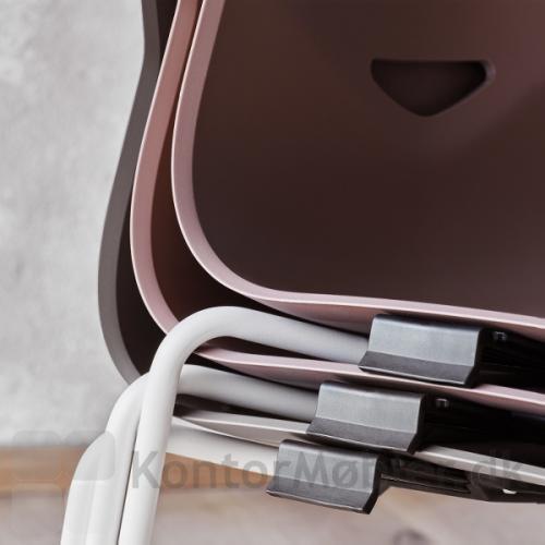 Four Sure kantinestol med koblingsbeslag, monteret under sædet