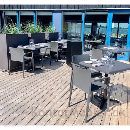 Volt kantinestol kan anvendes udendørs. Her ses den sammen med Faro terrassevarmer.