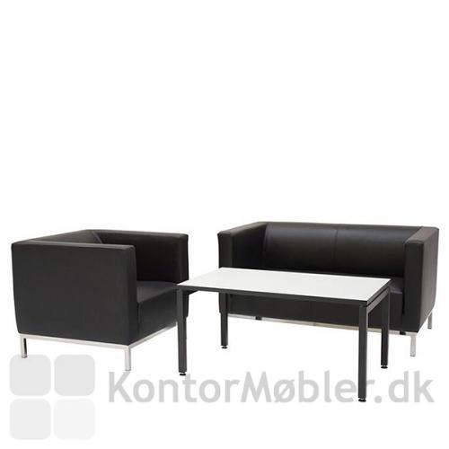 Argo sofa samt stol i sort læder til receptionen eller loungen. Square sofabord.