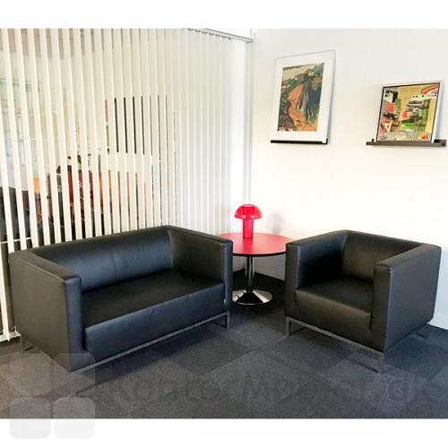 Argo 2 pers. sofa samt stol i sort læder. Rød Colette bordlampe fra Pedralli.