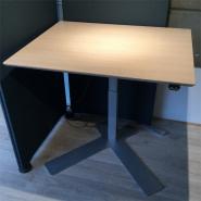Enkelt søjle bord - bordplade i lys eg