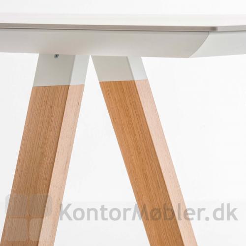 Arki mødebord ramme og bordplade i hvid samt ben i hvidbejdset egefinér