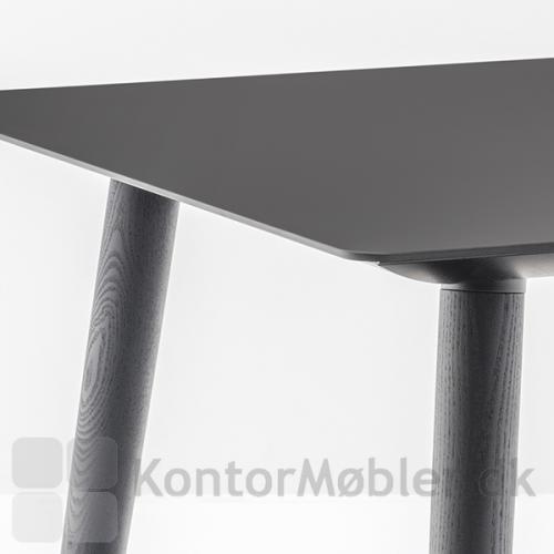 Babila mødebord med bordplade i sort nano laminat og sarg i sort. Ben i sortbejdset ask