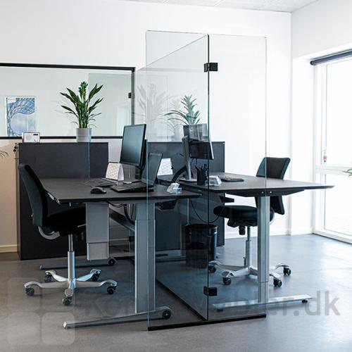Glasafskærmning til skriveborde er perfekt til det åbne kontorlandskab