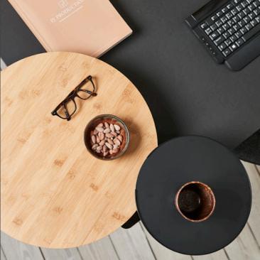 Lille rundt bord med bordbeslag til skrivebordet