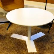 Delta rundt mødebord i hvid