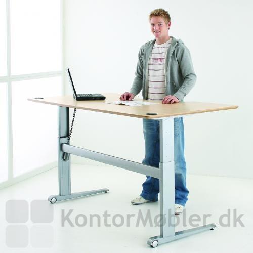 501-17 er et mobilt hæve sænke bord. Her med centerbue og håndboldspiller Jesper Jensen