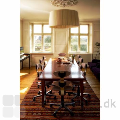 Spinella som møde/spise-stolen omkring det store bord