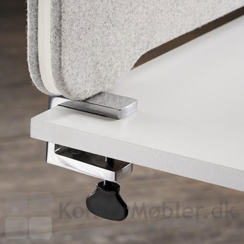 Edge bordskærm med poleret alu bordbeslag
