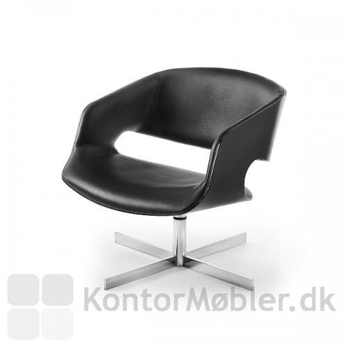 Tea lounge stol ses her med sort, men kan fås i flere farver