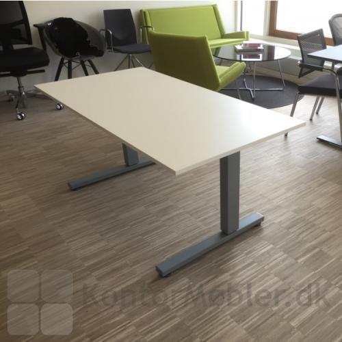 Square bord med hvid bordplade set fra siden