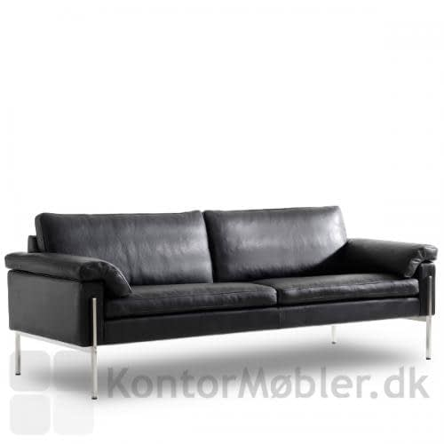 Capri sofa med blødt armlæn. Armlænet gør sofaen 14 cm bredere