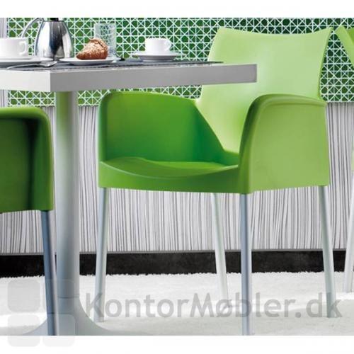 Ice stol med armlæn i farven lime, giver et frisk pust til indretningen