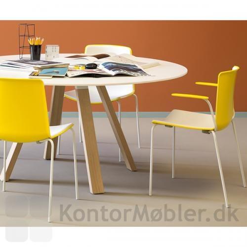 Tweet stol med gul bagside passer godt til Arki bordet