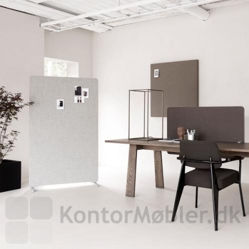 Edge Wall lydabsorbent kombineret med Edge bordskærm og Edge gulvskærm
