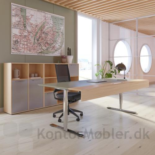 Delta chefbord med 3-leddet stel i krom og lys bordplade