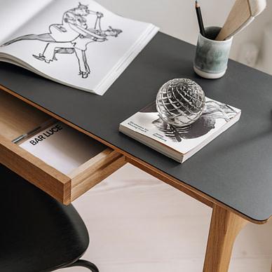 Freya skrivebord i massiv eg og top i sort linoleum